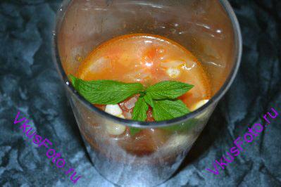 Немного остудить и перелить овощи в чашу блендера. Добавить веточки мяты, чеснок и кусочки имбиря.