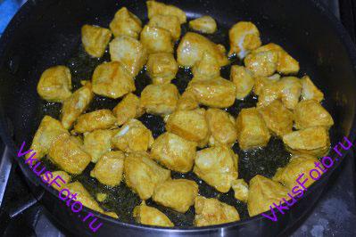 В сотейнике или кастрюле с толстым дном разогреть масло. Обжарить кусочки индейки до готовности, приблизительно 10 минут.