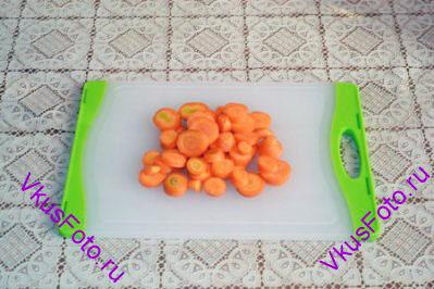 Морковь порезать кружочками.