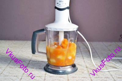Курицу варить 10 минут. Затем положить морковь и лук. Еще через 10 минут тыкву, картофель и чеснок. Варить до готовности овощей, примерно 15 минут. Переложить суп в блендер.