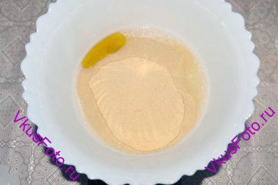 Для приготовления тонкой фокаччи с сырной начинкой необходимо в миску положить муку, оливковое масло и влить воду комнатной температуры.