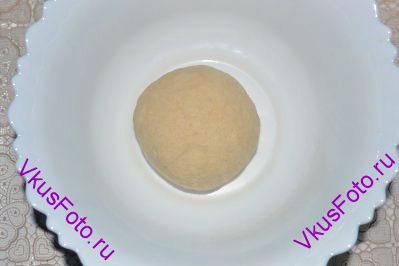 Замесить тесто. Тесто получится не твердое и не мягкое. Если вы используете другую муку, то нужно регулировать количество воды. Накрыть тесто пленкой и оставить на пол часа.