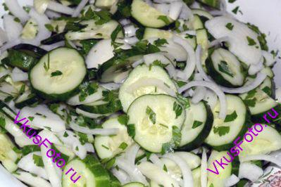 Перемешать огурцы, лук и петрушку.