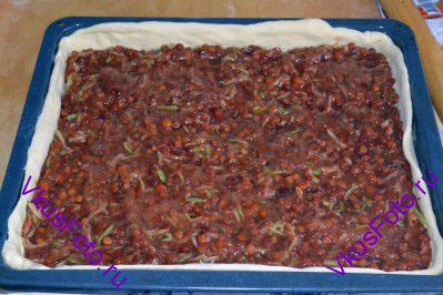 Выкладываем ровным слоем начинку из ягод калины и яблока.