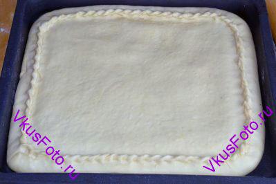 Раскатываем второй пласт поменьше, кладем поверх пирога и хорошенько защипываем края, чтобы начинка при выпечке не вытекала.