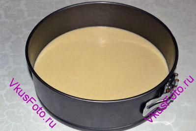 Чтобы приготовить пирог из манной крупы необходимо приготовить тесто. Слегка взбить яйцо. Добавить соль, сахар, ванильный сахар. Влить кефир и растопленное масло. Добавить манку и соду. Все тщательно перемешать и перелить тесто в смазанную маслом форму. Манная крупа должна набухнуть, поэтому оставляем тесто при комнатной температуре на 20-25 минут. Форму нужно накрыть пленкой или полотенцем, чтобы поверхность теста не подсохла.В это время можно разогреть духовку.