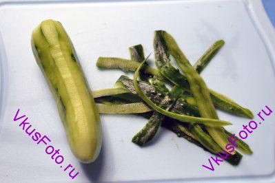 Чтобы приготовить Острый салат из свежих огурцов и перца чили, необходимо: С огурца снять кожу. Лучше это делать инструментом для чистки овощей, с помощью него можно снять тоненький слой кожицы.