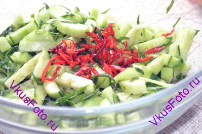 Поджаренный перец чили добавить в салат вместе с маслом, в котором он жарился.