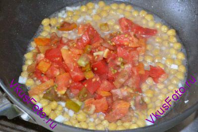 Добавить помидоры и продолжить тушить еще 5 минут.