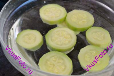 Готовый кабачок переложить в холодную воду, чтобы кабачки быстро остыли и остановился процесс варки.