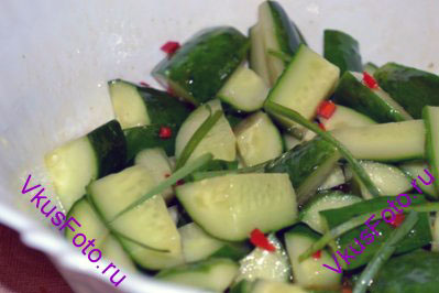 Вынуть из заправки перец чили и имбирь и заправить салат. Украсить салат перьями зеленого лука.