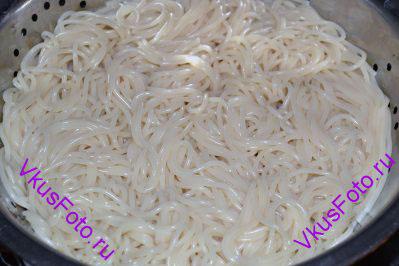 В большой кастрюле вскипятить воду и отварить спагетти до состояния аль-денте. Откинуть готовые спагетти на дуршлаг и дать стечь воде.