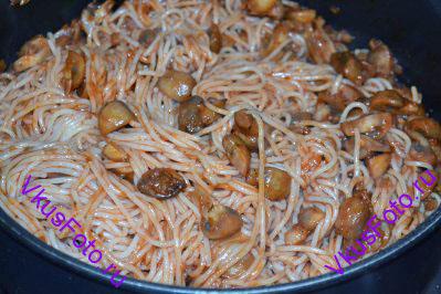 К грибам положить бекон и готовые спагетти. Прогреть макароны и снять сковороду с огня.