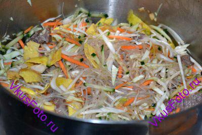 В большой миске соединить лапшу фунчоза, овощи, яичную соломку, мясо. Залить заправкой и перемешать.
