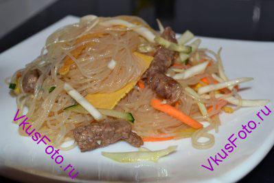 Китайский салат Дружба с фунчозой, омлетом и овощами разложить по тарелкам.
