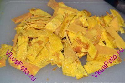 Яичные блинчики нарезать полосками шириной 4-5 см. Затем эти полоски нарезать соломкой шириной примерно 1-1,5 см.