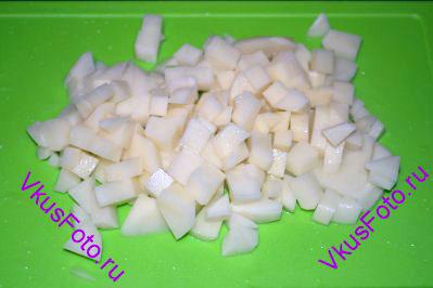 Картофель нарезать кубиками, но крупнее чем помидоры.