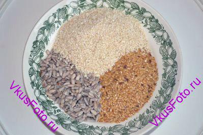 Для начала приготовим семена. Все семена смешать и разделить на 2 равные часть. Одну часть измельчаем блендером, она  нам понадобится для добавления в тесто. Вторую часть будем использовать для обсыпки булочек.