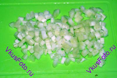 Стебли сельдерея нарезать небольшими кубиками.