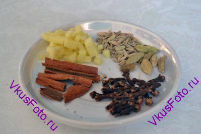 Пока ждем закипания воды, подготовим специи: гвоздику, корицу, свежий имбирь мелко нарежем, кардамон и фенхель.