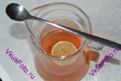 Пить индийский час со специями от кашля нужно в теплом виде с добавлением небольшого количества меда. Выпивать по чашечке чая через каждые 4-5 часов. Особенно этот чай полезен при затяжном кашле.
