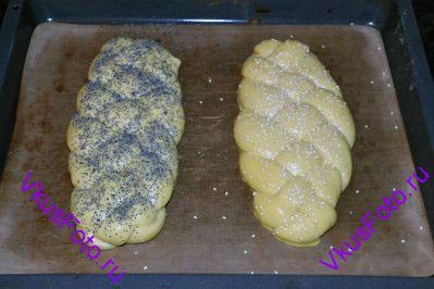 Халу смазать слегка взбитым яйцом и посыпать кунжутом или маком. Я посыпала одну халу маком, вторую кунжутом.