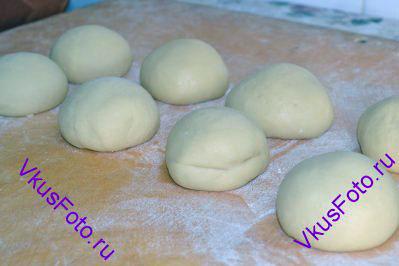 Разделить тесто на 2 равные части. Каждую половинку разделить еще на 4 части. Получится 8 частей, из которых нужно сформировать шар. Накрыть полотенцем и оставить тесто отдохнуть на 10-20 минут.