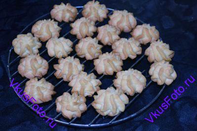 Горячее печенье перекладываем на решетку и оставляем на ней до полного остывания.