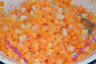 В это время готовим начинку. Тыкву и картофель очищаем от кожуры и нарезаем кубиком примерно 0,5-0,7 см. Приправляем растопленным сливочным маслом и солью. Перемешиваем.