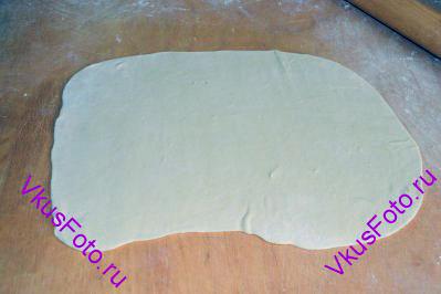 Берем часть теста и раскатываем в пласт толщиной 2 мм.