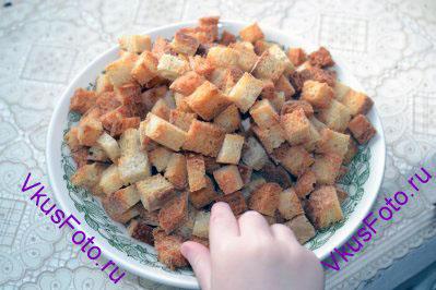 Перекладываем сухарики на тарелку и угощаем домашних. Либо убираем в посуду с крышкой и ждем рецепт крем-супа.