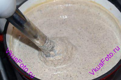 Суп пюрируем с помощью блендера.