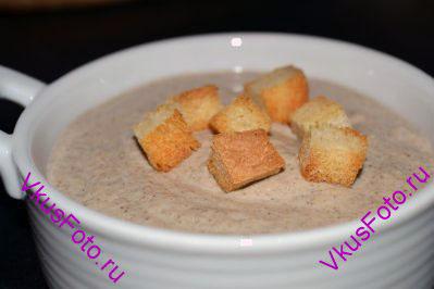 Подаем крем-суп из шампиньонов со сливками, посыпав сухариками из хлеба.  Рецепт приготовления сухариков можно найти здесь: <a href=http://www.vkusfoto.ru/raznoe/suhariki_iz_hleba_491.html>Сухарики из хлеба</a>