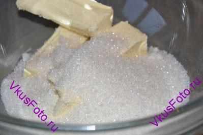Сливочное масло берем комнатной температуры, оно должно быть очень мягкое. Добавляем сахар и растираем ложкой.