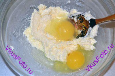 К маслу и сахару добавляем яйца и хорошо перемешиваем.