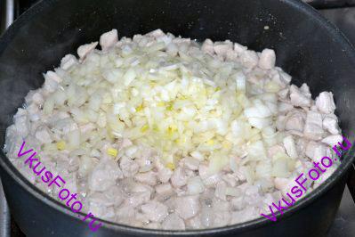 Добавляем лук и продолжаем тушение еще 3-4 минуты. Не забываем помешивать курицу и лук.