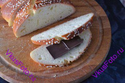 Между двумя ломтиками хлеба раскладываем плитки шоколада. Шоколада можно положить больше, чем на фотографии.