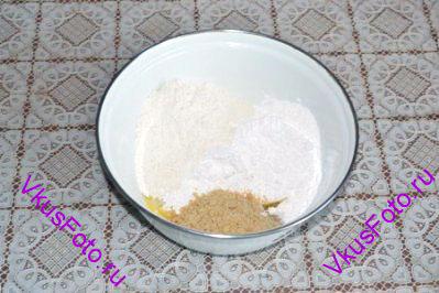 Приготовить тесто для орехового коржа. Сложить в миску растопленное масло, муку, крахмал, тертый миндаль, сахарную пудру.