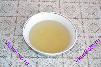 Желатин залить водой и оставить на 15 минут для набухания. Затем растворить его на плите, влить 125 мл воды, вино и добавить оставшийся сахар.