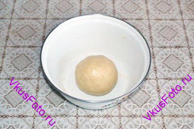 Замесить тесто и скатать его в шар.
