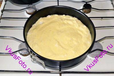 Сверху выкладываем бисквитное тесто и снова поставить в духовку на 20 минут, чтобы пропекся бисквит.