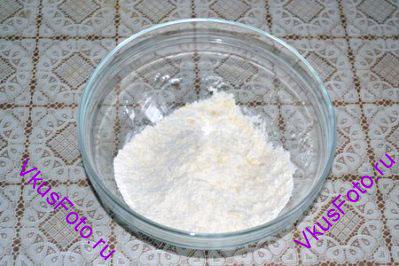 Соединить размягченное масло, разрыхлитель, горчицу, перец, соль и перемешать до состояния крошек.
