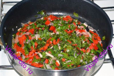 У мангольда удалить черешки, листья порезать соломкой, добавить к овощам. Влить вино. Тушить на среднем огне 5 минут. Посолить, поперчить, добавить сок лимона и перемешать.