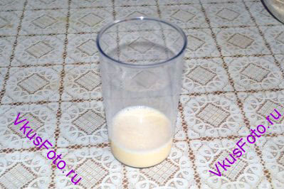 Отдельно миксером взбить яйцо. Влить молоко до общего объема 150 мл.