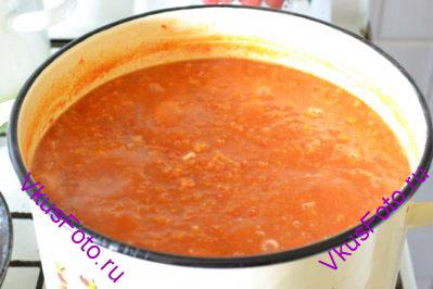 В овощную смесь добавить масло, сахар, соль, уксус. Перемешать и варить еще 10 минут.