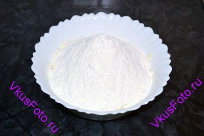 К маслу добавить просеянную муку и соль.