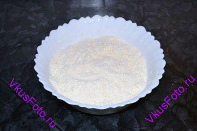 Растереть масло с мукой и солью в масляную крошку.