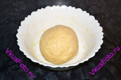 Яичную смесь постепенно вливать в масляную крошку и замесить тесто. Перед использованием тесто рекомендуется подержать в холодильнике в течении 30 минут.