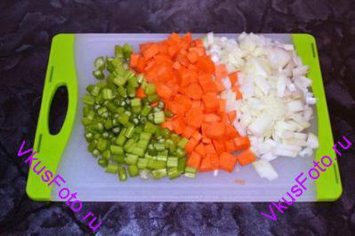 Морковь, лук и стебли сельдерея крупно порезать.