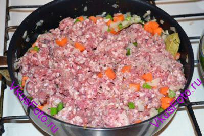Добавить мясной фарш, горчицу, вустерский соус и 2 ч.л. муки.